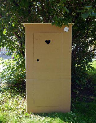 Toilettenhäuschen aus Wellpappe